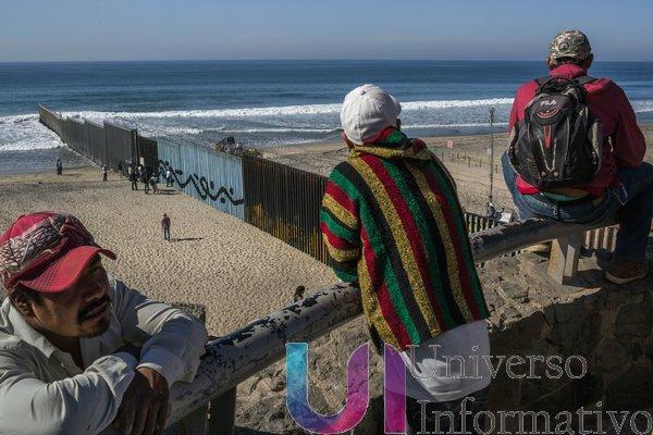 Migrantes de la caravana en una playa de Tijuana, cercana a la valla fronteriza con San Diego