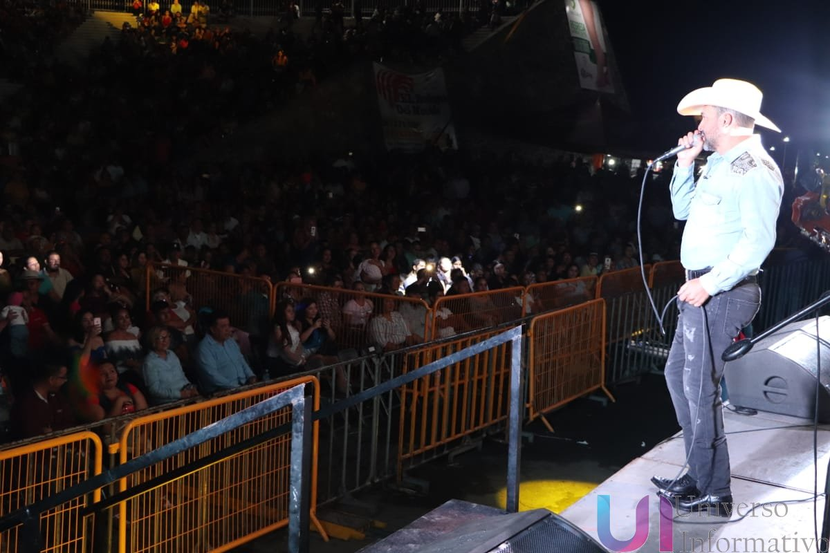 Bobby Pulido se presenta con éxito en Apatzingán